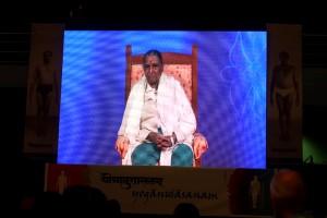 Yoganushasanam-2015.Gita-Iyengar-sur-l'un-des-écrans-vidéos-géants.
