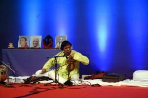 Yoganushasanam-2015.Le-Maître-accorde-son-violon.