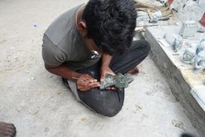 Le-sculpteur-Ganesh-parachève-une-oeuvre.